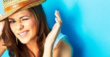 mujer feliz contenta con sombrero