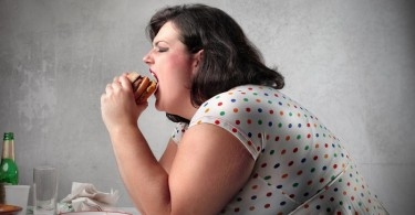 mujer gorda comiendo