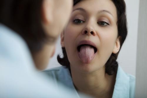 mujer lengua seca