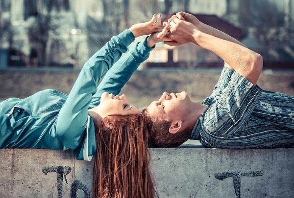 pareja enamorada casados