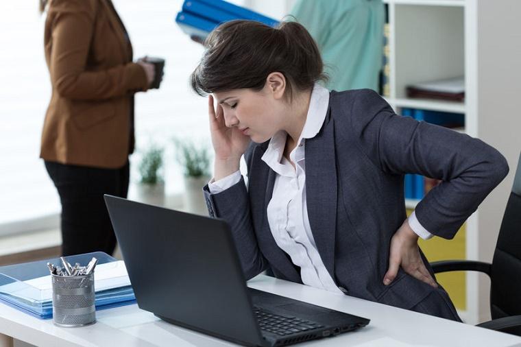 Mujer sentada con dolor