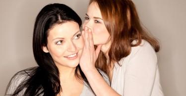 amigas hablando secretos