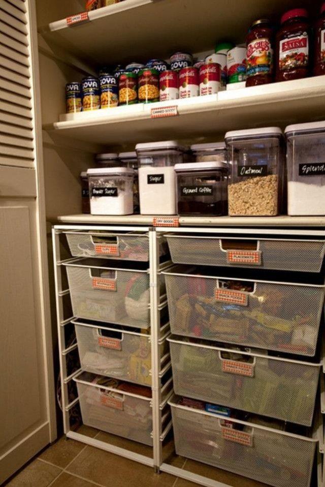 alacena con alimentos organizados