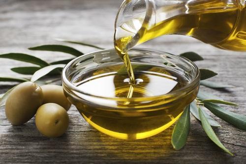 El aceite de oliva es ideal para ayudar a eliminar la caspa