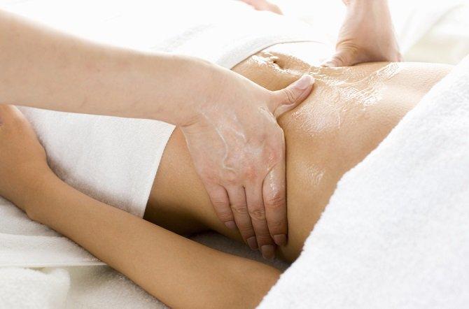 Cómo hacer un masaje abdominal para la hinchazón