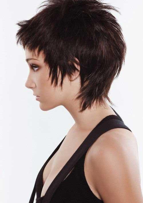 Una joven mujer con el pelo corto con capas y las puntas despuntadas