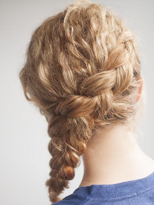 Peinado semi-recogido para pelo rizado