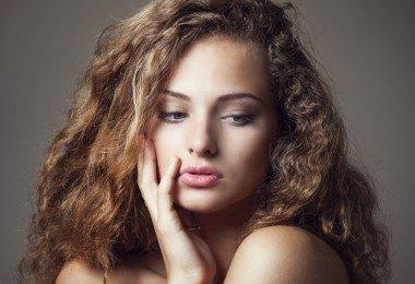 como prevenir el frizz en el cabello