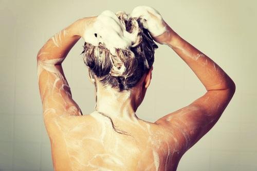 errores que causan frizz en el cabello