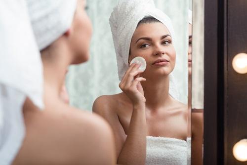 limpiar el rostro para evitar el brillo en la piel