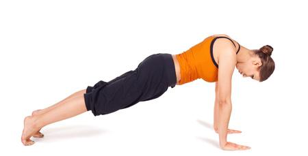 "Practicando la postura de yoga conocida como ""Kumbhakasana"""