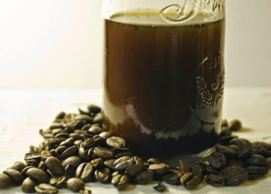 aceite de café para mejorar el contorno de los ojos