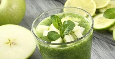 bebida verde de manzana y espinacas