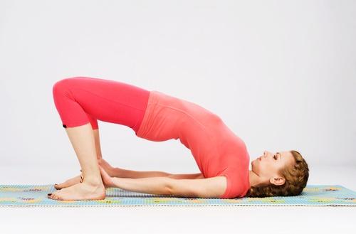 aliviar la inflamación con la postura puente