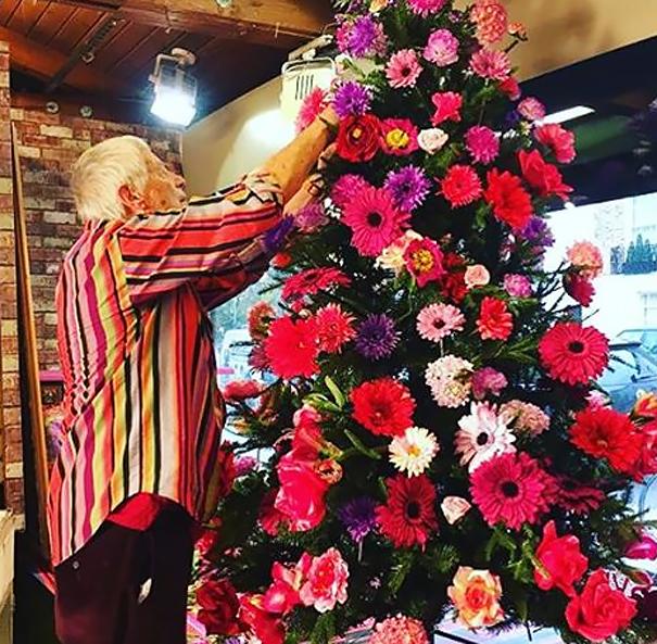 arbolito ed navidad con arreglos florales
