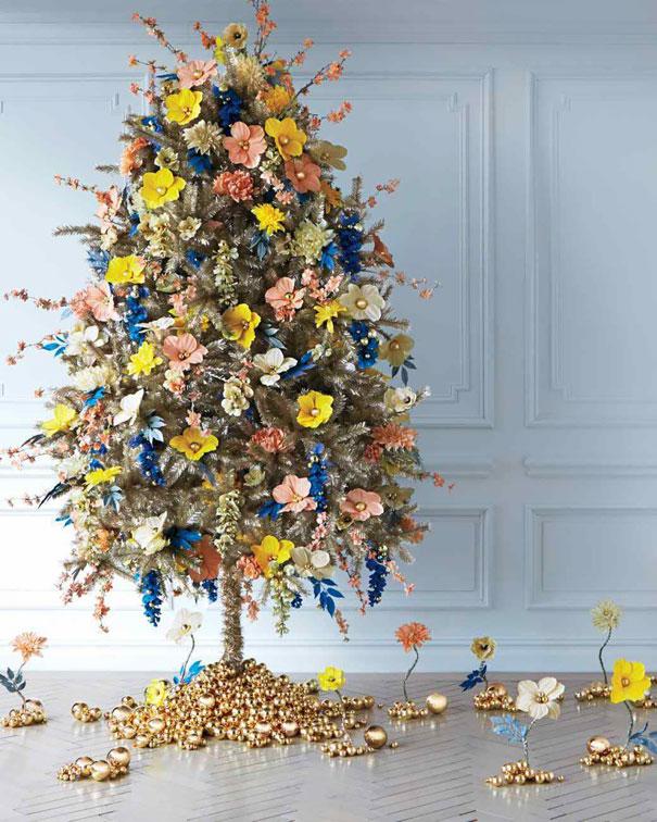flores como decorado en el árbol de navidad