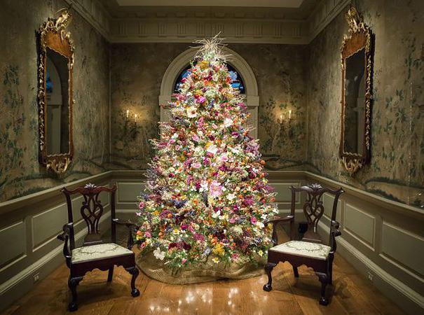 arbolito navideño decorado con flores