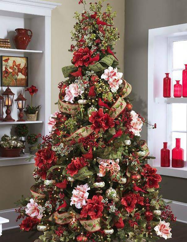 arbolito de navidad decorado con arreglos florales