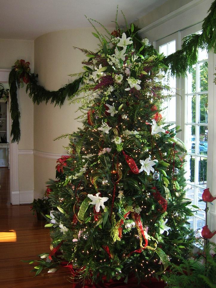 arbolito de navidad con flores frescas