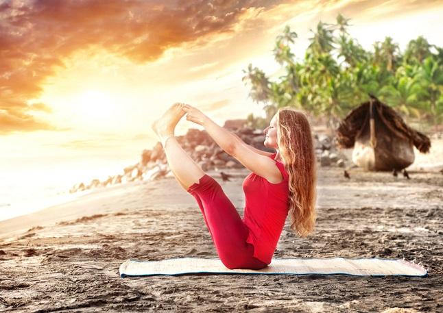 Mujer realizando una postura de yoga para mantener la figura