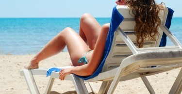 mujer en la playa sentada