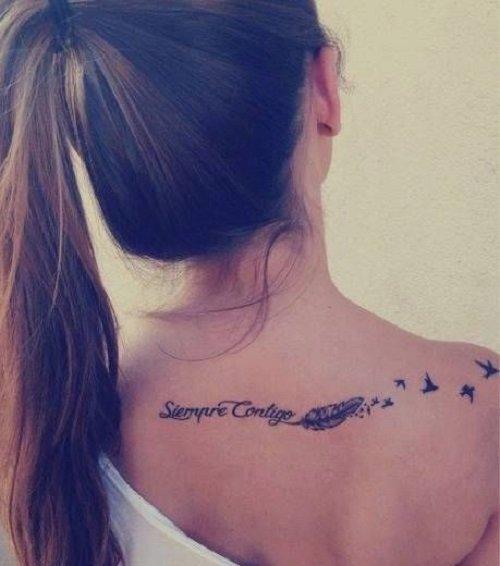 Mujer con una frase tatuada en su espalda