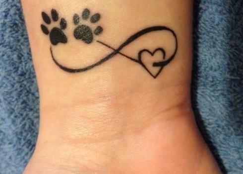 tatuaje de corazones y huellas