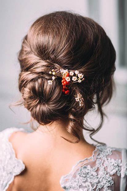 peinados para boda moño bajo con detalle