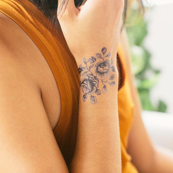 flores tatuadas en el brazo