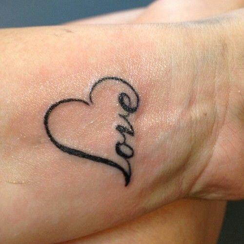 frase de amor tatuada en la muñeca