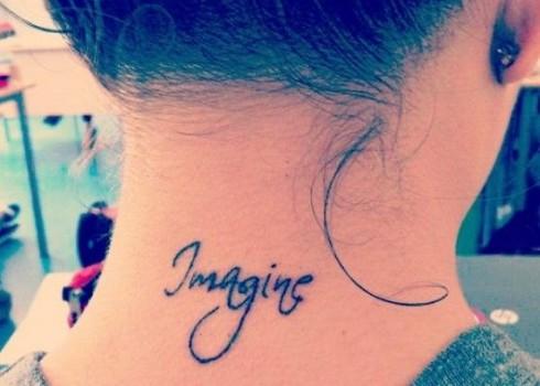 Tatuaje para mujer con frase en el cuello