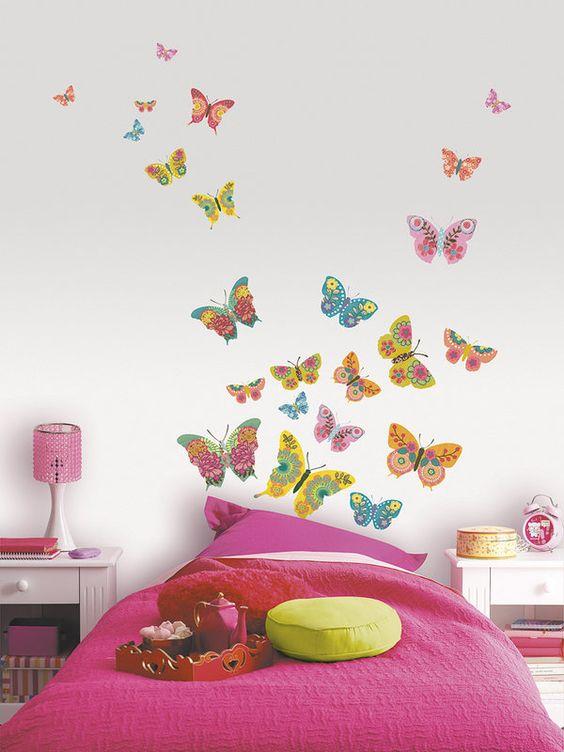 mariposas pintadas en la pared del cuarto de niños