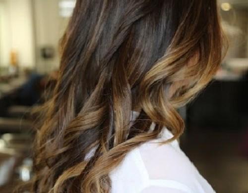 Mechas balayage para pelo castaño, se deja la raíz natural y luego se debe difuminar el color claro hacia las puntas