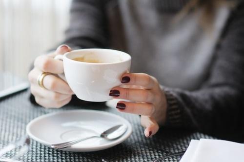 mujer tomando un chocolate caliente