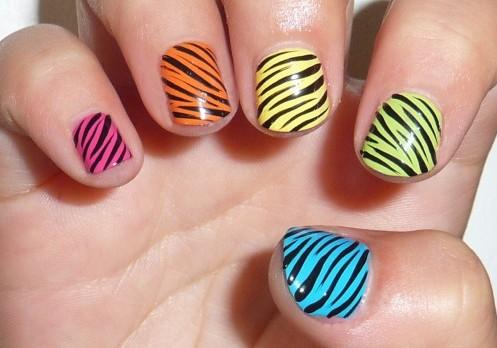 estilo de cebra en múltiples colores para deocrar las uñas