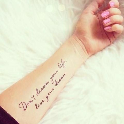 tatuaje con frase en el brazo
