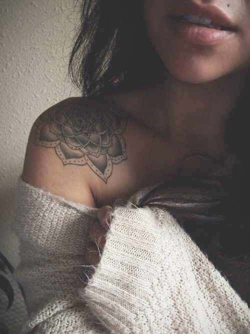 Mujer con hombro tatuado con flor