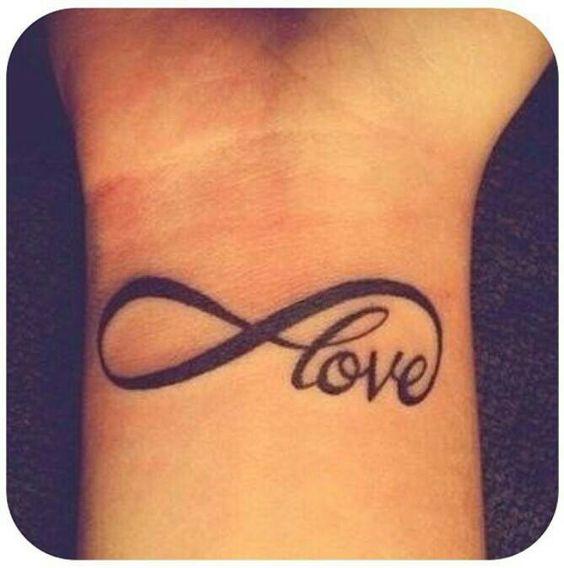 tatuando la palabra amor en el brazo