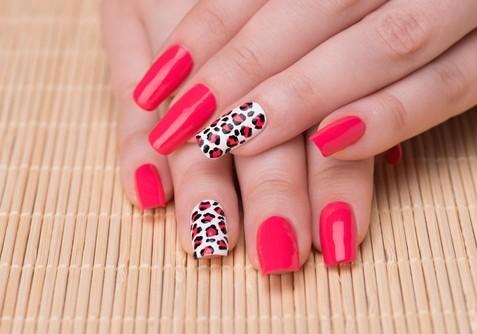 Uñas rojas pintadas con estilo de leopardo