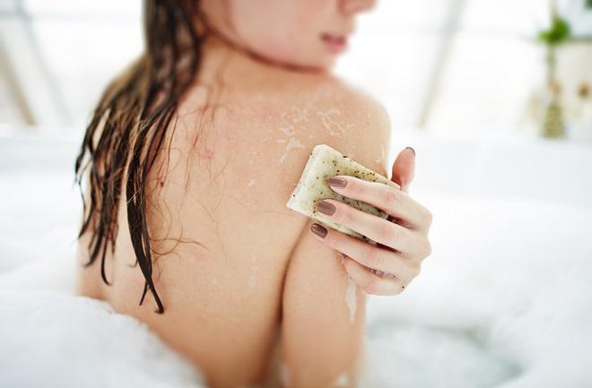 Usa el jabón de avena para exfoliar y desintoxicar la piel