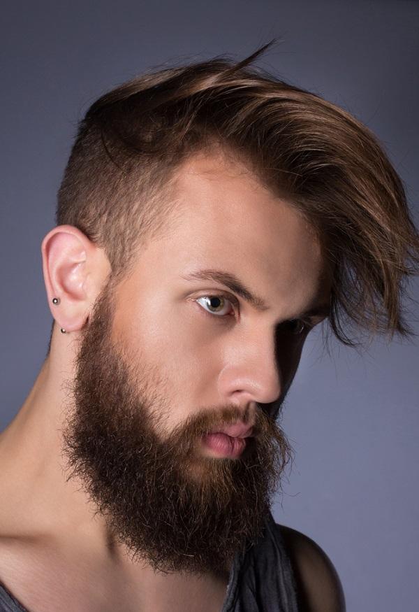 barba salvaje y cabello corto