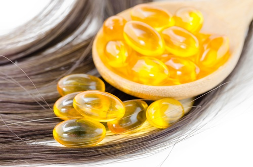 Usando cápsulas y aceite de vitamina E para mejorar la salud del cabello