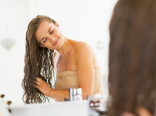 lavando el cabello con champú natural de menta