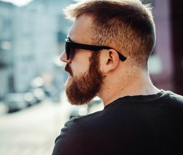 moda hipster con look de peinado y barba