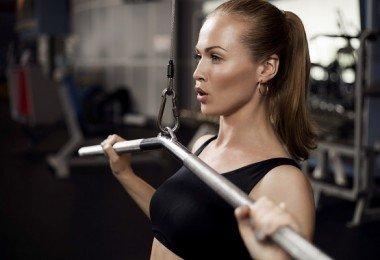 mujer haciendo ejercicios pesas