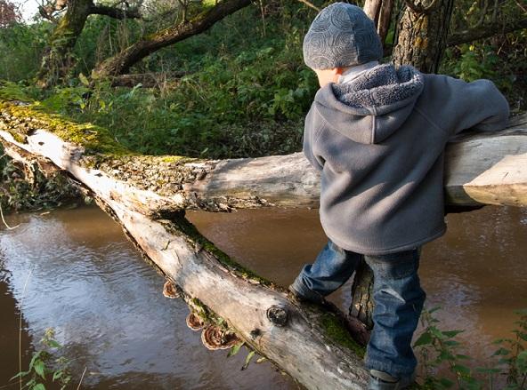 resiliencia niño cruzando un puente