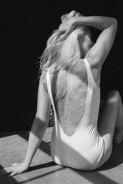 trajes de baño modelados por una sexagenaria