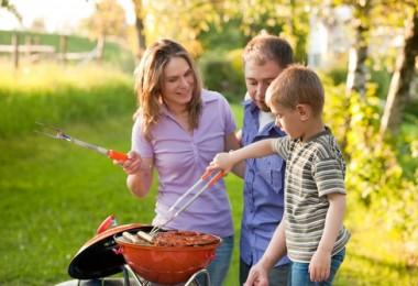 carne asada en familia asando carne