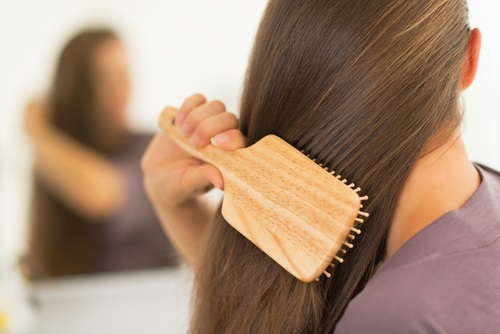 cepillar el cabello para alisarlo