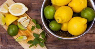 limones en tabla de madera